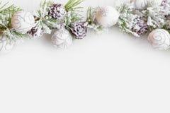 Weihnachtsrahmen mit Tannenbaumasten mit Schnee, Ballverzierung lizenzfreie stockbilder