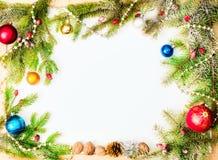 Weihnachtsrahmen mit Verzierungen und Dekorationen des neuen Jahres Lizenzfreie Stockfotografie