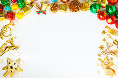 Weihnachtsrahmen mit Weihnachtsverzierungen und Dekorationen und Spindel lizenzfreie stockbilder