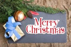 Weihnachtsrahmen rustikal mit frohen Weihnachten und Dekoration des Textes Lizenzfreies Stockbild