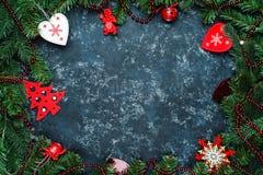 Weihnachtsrahmen Weihnachtsspielwaren und Niederlassungen des Weihnachtsbaums, ein Platz für Text, Draufsicht lizenzfreies stockfoto