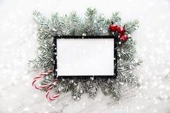 Weihnachtsrahmenhintergrund mit Weihnachtsbaum und Weihnachtsdekorationen Grußkarte der frohen Weihnachten, Fahne stockfoto