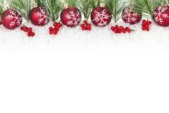 Weihnachtsrand mit roten Verzierungen Lizenzfreie Stockfotos