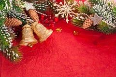 Weihnachtsrand vom Zweig und von den Dekorationen Stockfoto