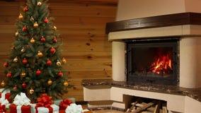 Weihnachtsraum. Weihnachtsbaum durch den Kamin