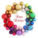 Weihnachtsregenbogen Wreathdekoration auf Weiß stockfoto