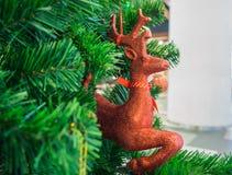 Weihnachtsren Trinket auf Weihnachtsbaum Lizenzfreies Stockfoto