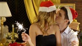 Weihnachtsrestaurant mit liebevollen Paaren in Sankt-Hut feiern Weihnachten stock footage