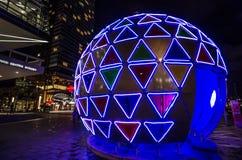 Weihnachtsriesige Ballgrafikschein-Lichtinstallation bei Darling Harbour, Sydney Downtown nachts stockfotografie