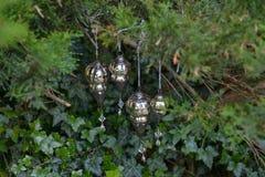 Weihnachtsromantische Dekoration mit silbernen Bällen und hellem shinin stockbilder