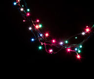 Weihnachtsromantische dekorative Girlande beleuchtet Rahmen auf schwarzem Hintergrund mit Kopienraum Stockbild