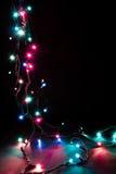 Weihnachtsromantische dekorative Girlande beleuchtet Rahmen auf schwarzem Hintergrund mit Kopienraum Stockfotos