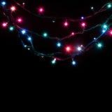 Weihnachtsromantische dekorative Girlande beleuchtet Rahmen auf schwarzem Hintergrund mit Kopienraum Lizenzfreies Stockfoto