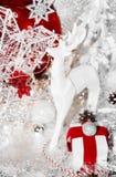 Weihnachtsrot, Weihnachtsweißes Ren, rote Platte, Geschenk, rotes Band, Eberesche, Eberesche, Weihnachtsbaum und Bälle, auf weiße lizenzfreie stockbilder
