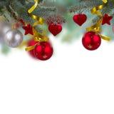 Weihnachtsrote Dekorationen, die am Tannenbaum hängen stockfotos
