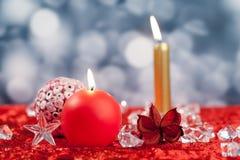 Weihnachtsrote goldene Kerzen auf Eiswürfeln Stockfotografie