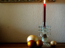 Weihnachtsrote Kerze mit Goldweihnachtsbällen Stockbilder
