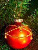 Weihnachtsrote Kugel auf Tannenbaum. Stockbilder
