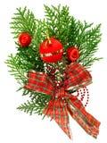 Weihnachtsrote Kugel- und -farbbandanordnung stockfotos