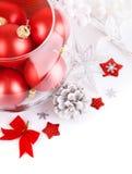 Weihnachtsrote Kugeln mit festlichem Filterstreifen lizenzfreie stockbilder