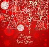 Weihnachtsrote Tapete mit hängender Dekoration Stockfoto
