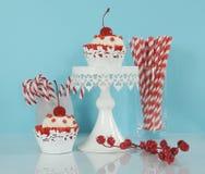 Weihnachtsrote und weiße kleine Kuchen Stockfotografie