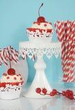 Weihnachtsrote und weiße kleine Kuchen Stockbilder