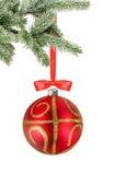 Weihnachtsroter Ball und Weihnachtsbaumast lokalisiert über Weiß Lizenzfreie Stockbilder