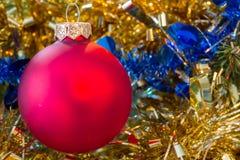 Weihnachtsroter Flitter mit Lametta Lizenzfreie Stockfotos