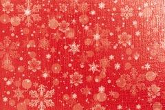 Weihnachtsroter Hintergrund mit Schneeflocken Lizenzfreie Stockbilder