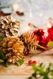 Weihnachtsroter Kegel-Goldhintergrund Lizenzfreie Stockbilder