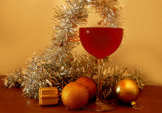 Weihnachtsrotweingoldkugeln Stockfotos