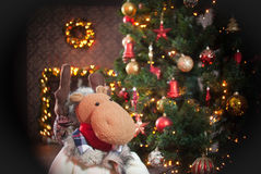 Weihnachtsrotwild und -kamin Lizenzfreie Stockfotografie