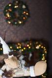 Weihnachtsrotwild und -kamin Stockbild