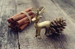 Weihnachtsrotwildzimt und -kegel auf hölzernem Hintergrund Lizenzfreies Stockbild