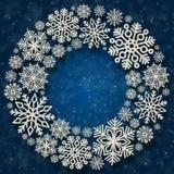 Weihnachtsrunder Rahmen mit silbernen Schneeflocken auf einem blauen Hintergrund Grenze von Paillettekonfettis Stockfotografie