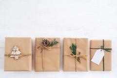 Weihnachtsrustikale anwesende Geschenkboxsammlung stockbilder