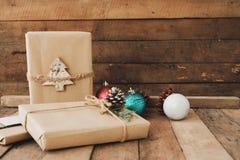 Weihnachtsrustikale anwesende Geschenkboxsammlung lizenzfreie stockfotos