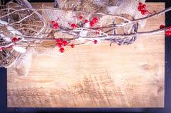 Weihnachtsrustikale Leuchtkästen, schneebedeckter Kranz, Beeren Stockfoto