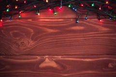 Weihnachtsrustikaler Hintergrund - Weinlese planked Holz mit Lichtern a Stockfotografie