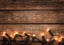 Weihnachtsrustikaler Hintergrund - Weinleseholz mit Lichtern Lizenzfreie Stockfotografie