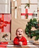 Weihnachtssäuglingsbabykinderliegendes rustikales Handwerks-Dekorationsgeschenk p Stockbilder