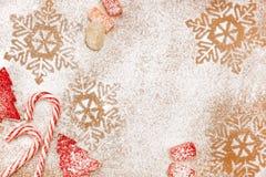 Weihnachtssüßigkeit und süßer Hintergrund mit Schneeflocken und Bäumen Stockbild