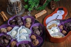 Weihnachtssüßigkeiten mit Schokolade und Nüssen stockfotos