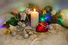 Weihnachtssatz, Spielwaren und eine Kerze Lizenzfreies Stockbild