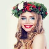 Weihnachtsschönheit Glückliches vorbildliches Woman mit blonder Permed-Frisur Stockfotografie