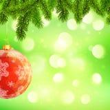 Weihnachtsschablone mit dem Hängen des roten Balls und der Tanne Lizenzfreie Stockbilder