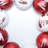 Weihnachtsschablone mit den roten und weißen Bällen Stockfoto