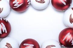 Weihnachtsschablone mit den roten und weißen Bällen Lizenzfreie Stockfotos