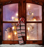 Weihnachtsschal, der an der Fenster-Scheibe hängt Lizenzfreies Stockbild